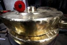 Finished gongs on display in the Daliyono Legiono shop. JP/Aditya Sagita