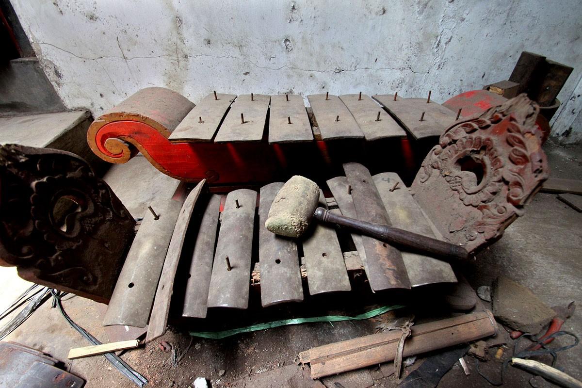 """A """"baboon"""" saron, or the master saron, is used to set the tones of every new saron made. JP/Aditya Sagita"""