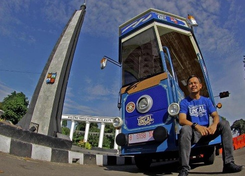 Bogor Mayor Bima Arya Sugiarto poses with the city tour bus, Uncal. (www.instagram.com/bimaaryasugiarto)