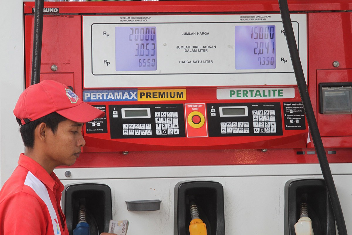 Indonesians enjoy cheaper gasoline ahead of election