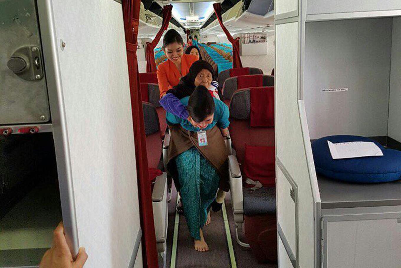 Minister grants awards to Garuda Indonesia flight attendants Vera and Ninik