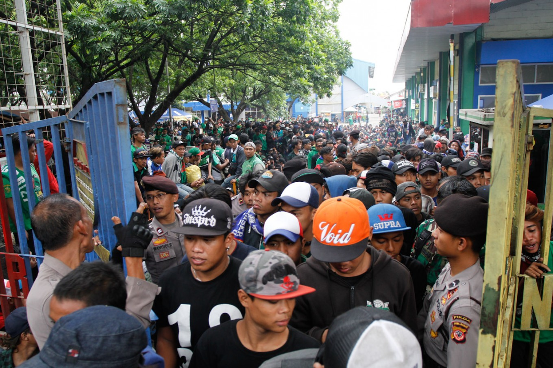 Six Persebaya supporters die after drinking bootleg liquor