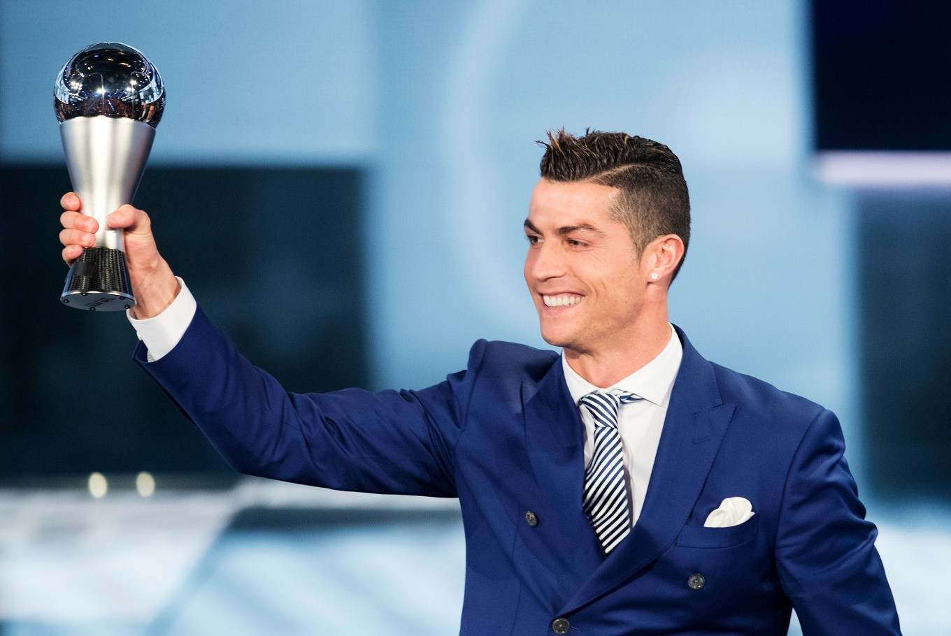 Cristiano Ronaldo wins FIFA best player award for 4th time