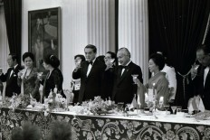 Soeharto [third right], Nakasone [fourth right], Tsutako [second right] and Tien [third left] make a toast during the state dinner. JP/ Alex Lumy