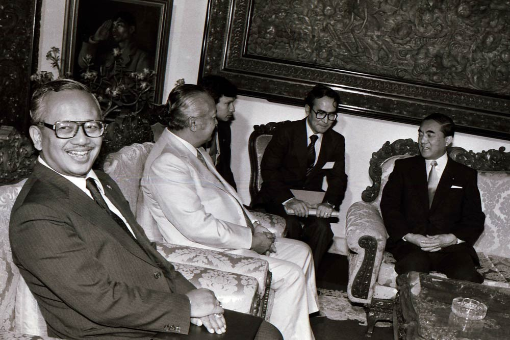 Soeharto [second left] and Nakasone [right] hold a bilateral meeting at the palace. JP/Alex Lumy