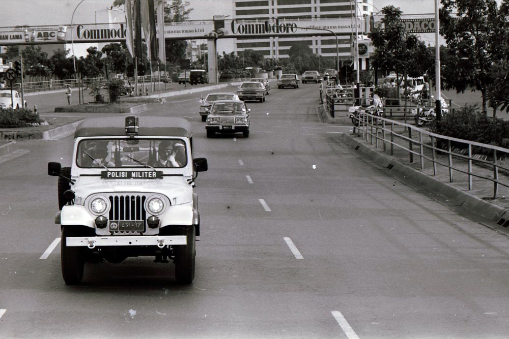 A motorcade transporting Nakasone and Soeharto passes along a Jakarta street on its way to Merdeka Palace. JP/Alex Lumy