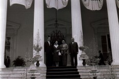 Nakasone [left] and his wife Tsutako [second left] pose for a picture with Soeharto [right] and then first lady Tien Soeharto after the bilateral meeting, in front of the State Palace. JP/Alex Lumy