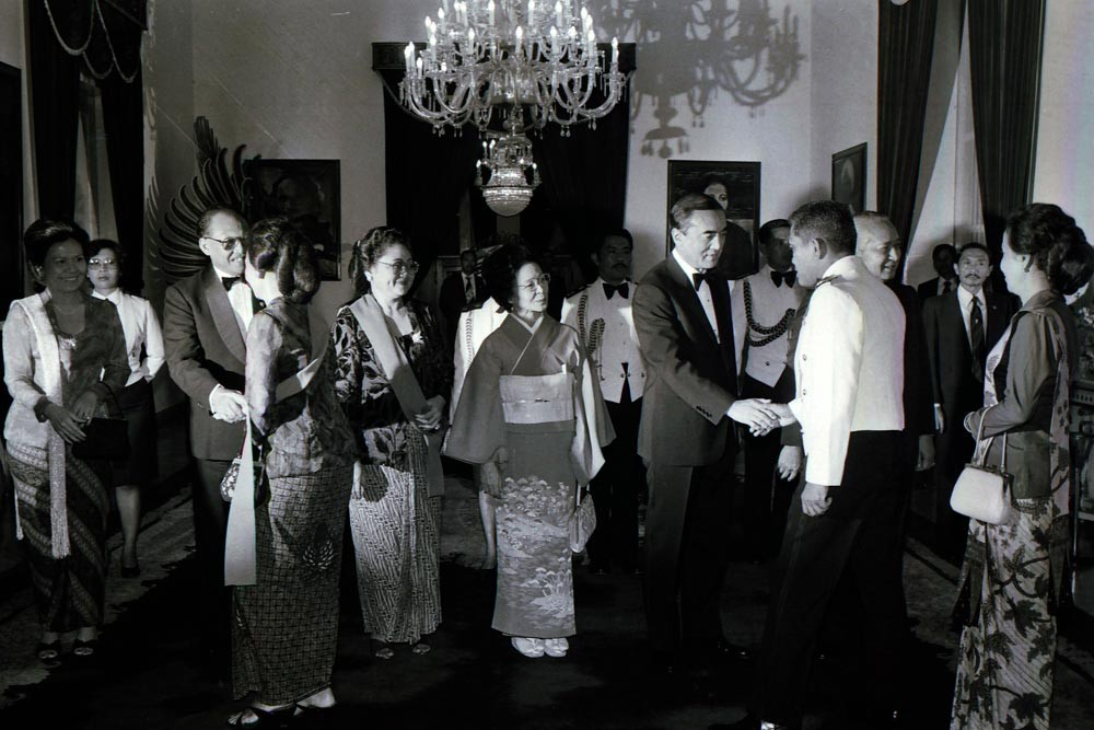 Soeharto, Nakasone and their wives greet Indonesian ministers before a state dinner at Merdeka Palace. JP/Alex Lumy