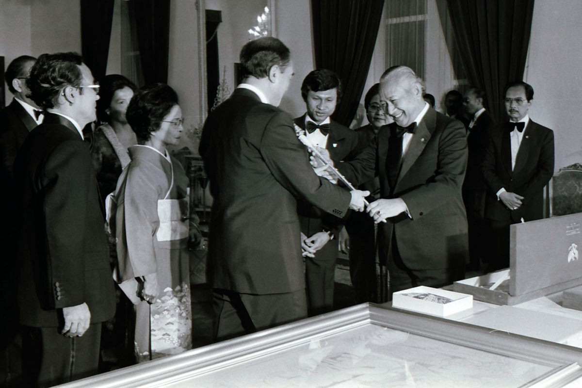 Soeharto gives a souvenir to Nakasone prior to the state dinner. JP/Alex Lumy