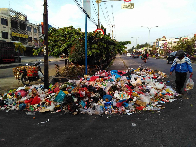 Garbage strewn on streets of Pekanbaru