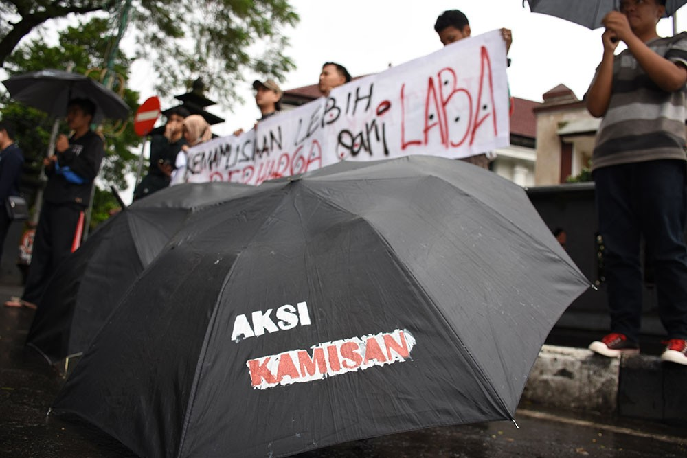 A Human rights activists in Malang, East Java, hold a Kamisan silent protest in front of City Hall to mark the 10th year of Kamisan events nationwide on Jan. 19. JP/Aman Rochman