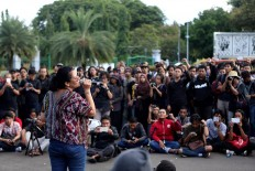 Musician-cum-activist Melanie Subono sings during the 10th commemoration of the Kamisan silent protest in front of the Presidential Palace in Jakarta on Jan. 19. The 477th Kamisan marks the 10th year since the first protest in 2007 asking the government to resolve past human rights violations. JP/Seto Wardhana.