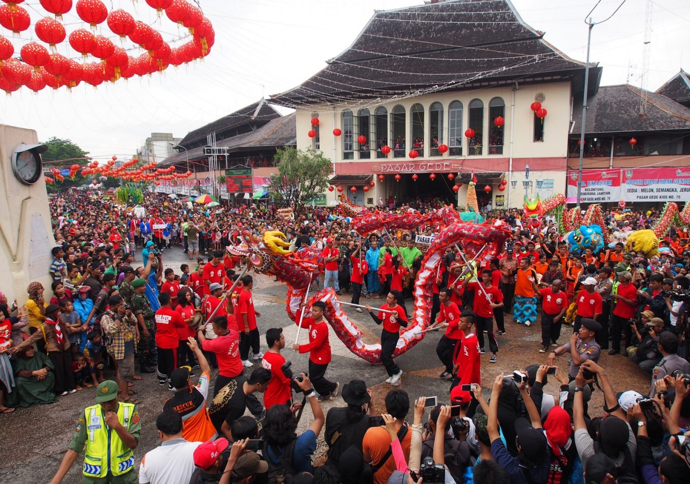 Sudiroprajan residents in Surakarta, Central Java, present a liong (dragon dance) in front of the Tien Kak Sie temple on Jan. 22.