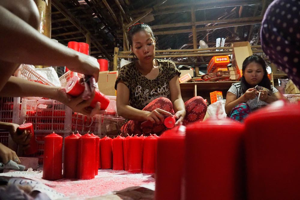 Abundant lights: Female workers prepare red candles for packaging. JP/ Donny Fernando