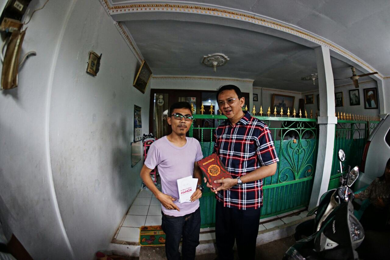 Ahok receives Quran from detractor