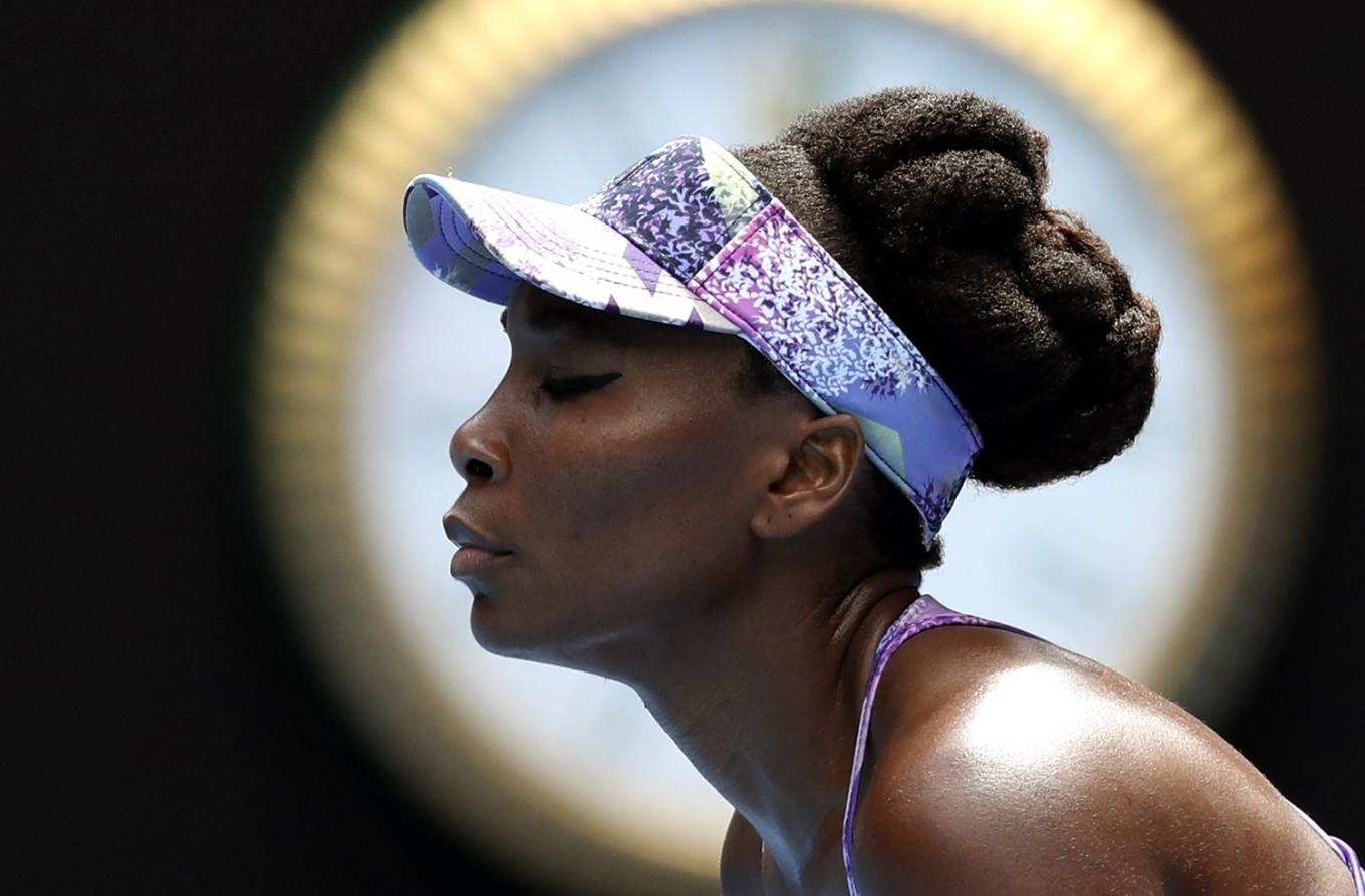 Williams sisters, Federer advance to Australian Open finals