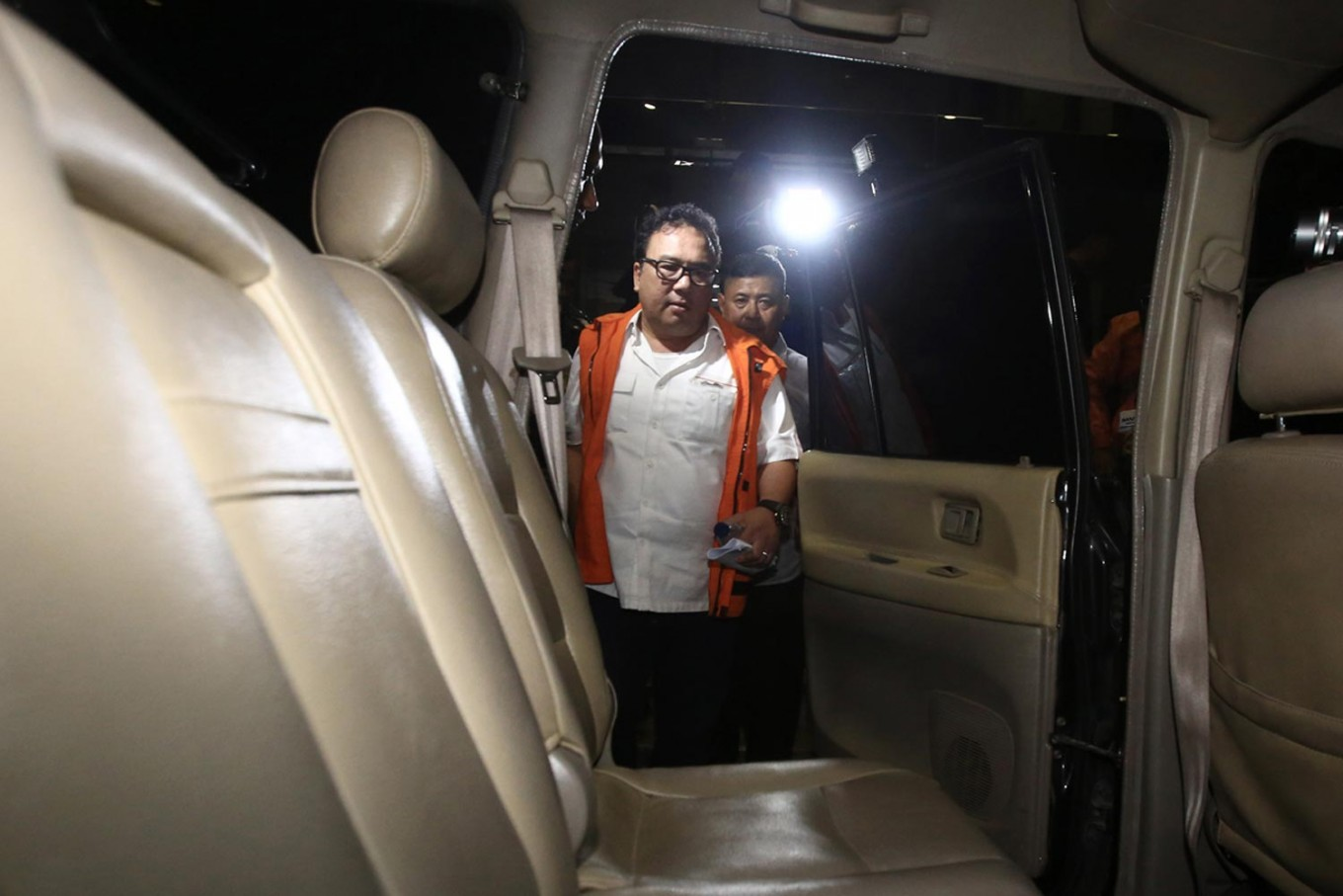 Corruption suspect Basuki Hariman walks to a car after being questioned by the Corruption Eradication Commission (KPK) on Jan. 27. Basuki has reportedly confessed to giving US$20,000 and S$200,000 to an aide of Constitutional Court justice Patrialis Akbar, identified as Kamaludin.