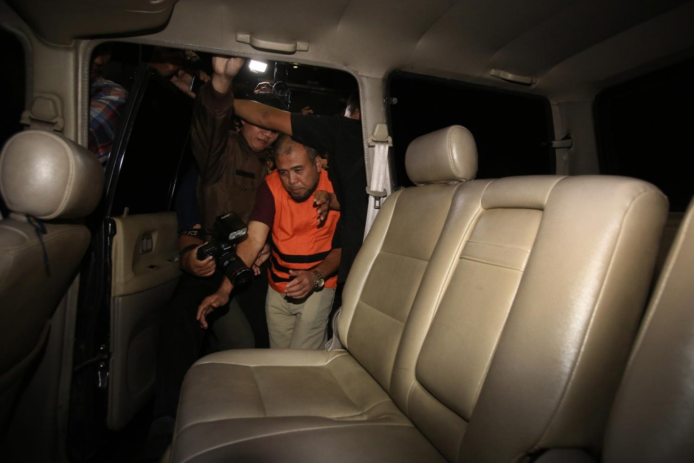 Constitutional Court justice and bribery suspect Patrialis Akbar gets into a car after being questioned by the Corruption Eradication Commission (KPK) on Jan. 27. Patrialis and three other suspects - Kamaludin and businessman Basuki Hariman and Ng Fenny - have been detained for their alleged roles in a bribery case. JP/ Dhoni Setiawan