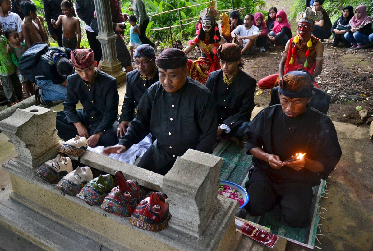 Malangan dance artists visit and pray at the grave of maestro Mbah Karimun in a cultural ritual in Pakisaji, Malang, East Java in December last year. The ritual is held annually. JP/ Aman Rochman