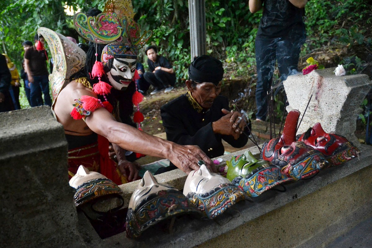 A dancer in Malangan mask costume prays in front of Mbah Karimun grave, Pakisaji, Malang, East Java late last month. JP/ Aman Rochman