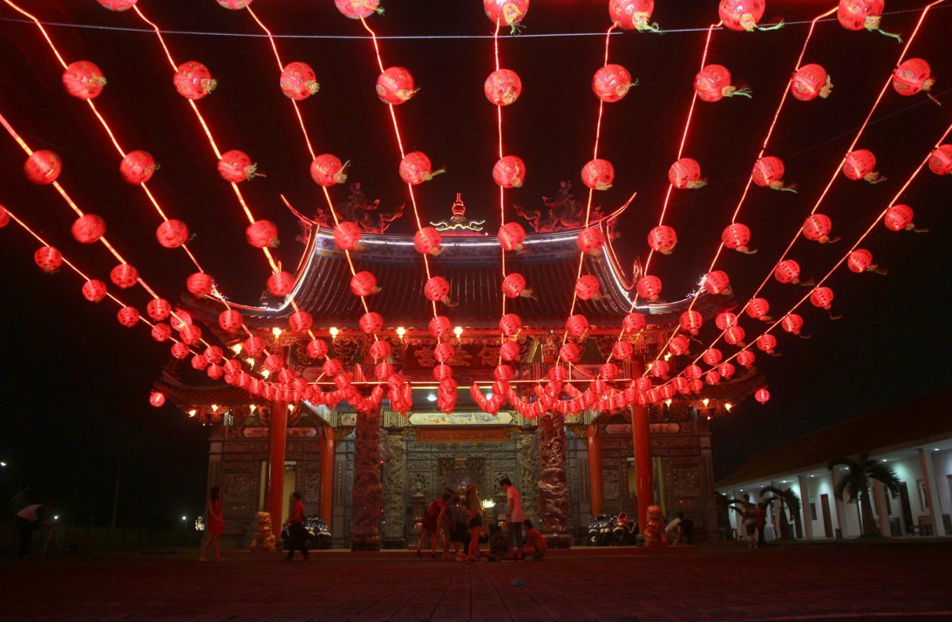 People walk under hundreds of lanterns at Satya Dharma Temple in Denpasar, Bali, in the early hours of Chinese New Year on Jan. 28. JP/ Zul Trio Anggono