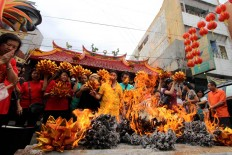 "Congregation members of Tri Dharma Temple burn prayer papers as a symbol of gratitude in a ritual called ""pao oen"" at Tien Kok Sie Temple in Pasar Gede, Surakarta, Central Java, on Jan. 15. JP/ Ganug Nugroho Adi"