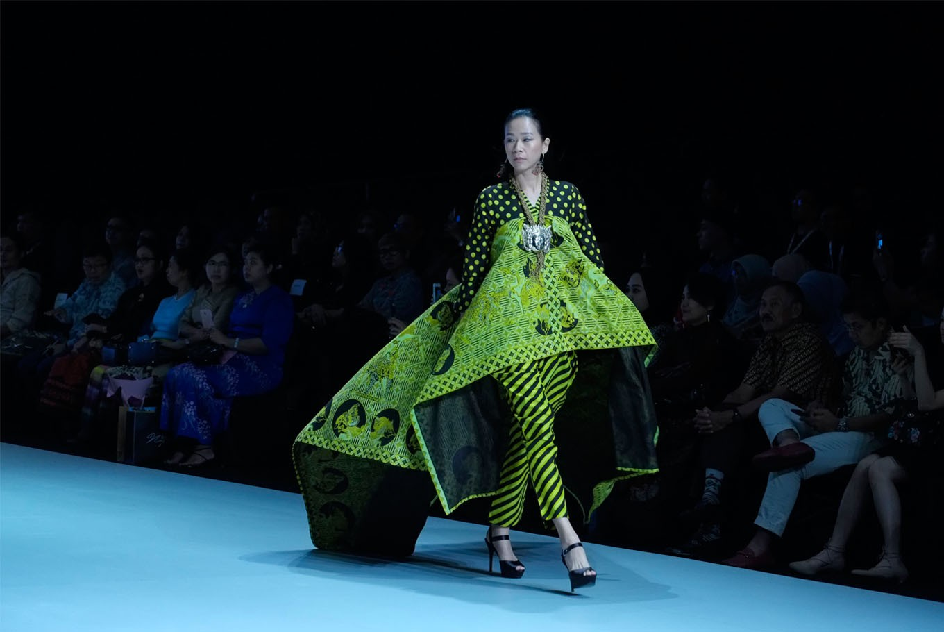 A model wears clothing from the collection of designer Owens Joe . (JP/Jerry Adiguna).