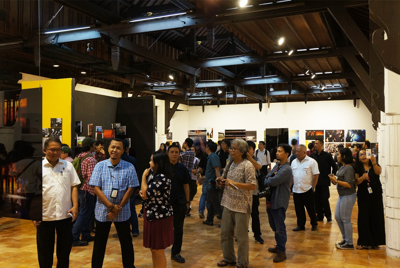 Photo enthusiasts at the Kompas Photography Festival's opening night, Feb. 6, at Bentara Budaya in Palmerah, South Jakarta. (JP/Masajeng Rahmiasri)
