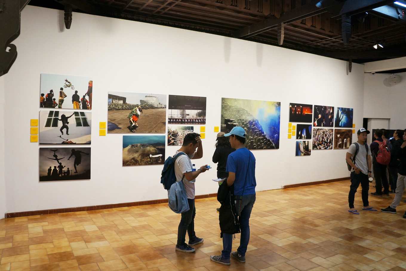 Works displayed in the exhibition. The 100 chosen photos have been taken from the book 'Unpublished' (2014), which comprises works by 22 Kompas photojournalists. (JP/Masajeng Rahmiasri)