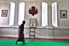 A palace servant walks while slightly bowing as a gesture of respect when passing through the Yogyakarta Kraton. JP/ Aditya Sagita