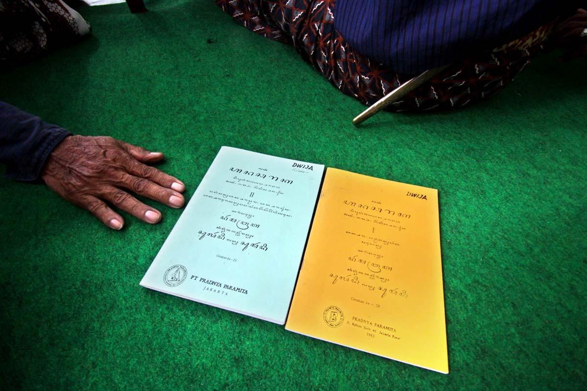 Two textbooks on Javanese script, the Hanacaraka 1 and the Hanacaraka 2, are displayed. The textbooks are the main teaching materials of the course. JP/ Aditya Sagita