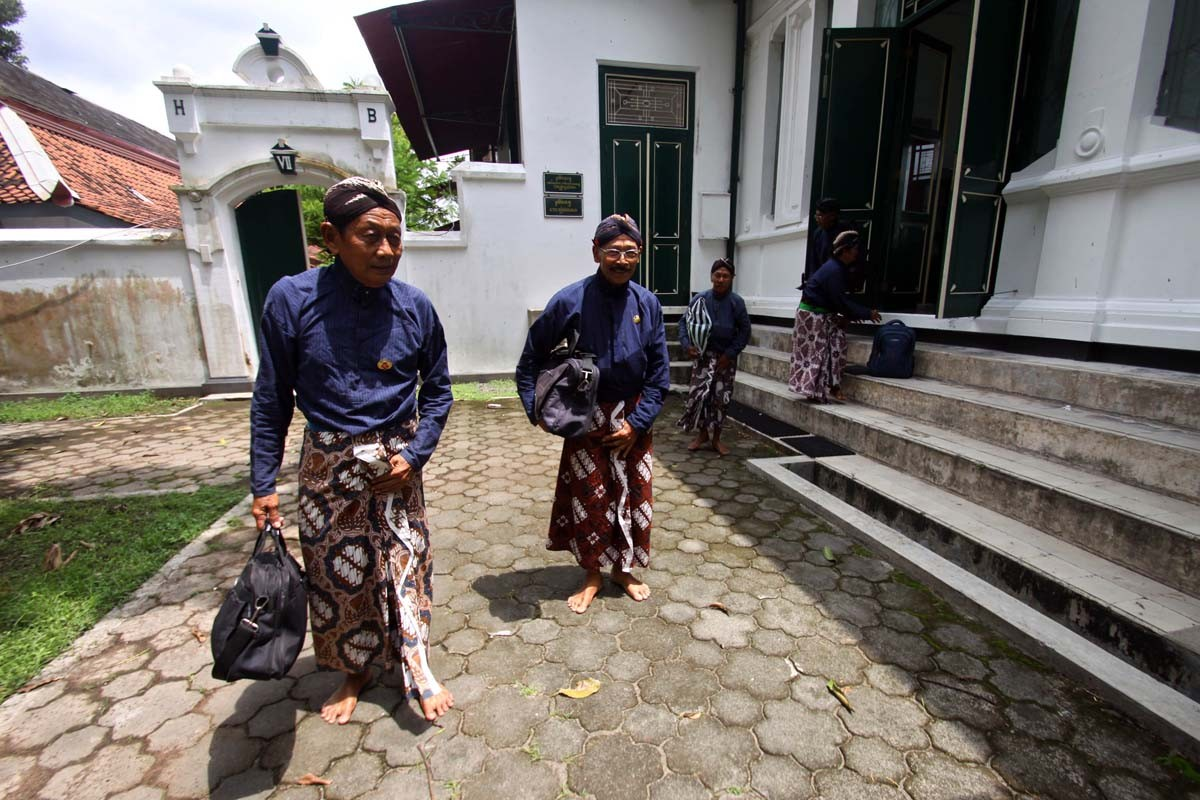 Palace servants leave the kraton's library, which is being used as a classroom. JP/ Aditya Sagita