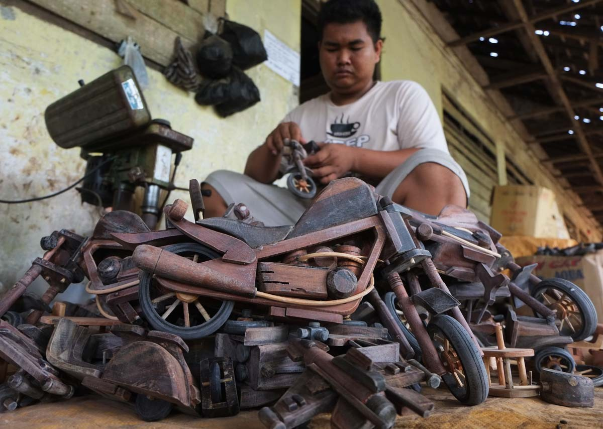 A man finishes a Harley Davidson bike miniature at a workshop in Klaten, Central Java. The bikes are the most popular in foreign markets. JP/ Ganug Nugroho Adi