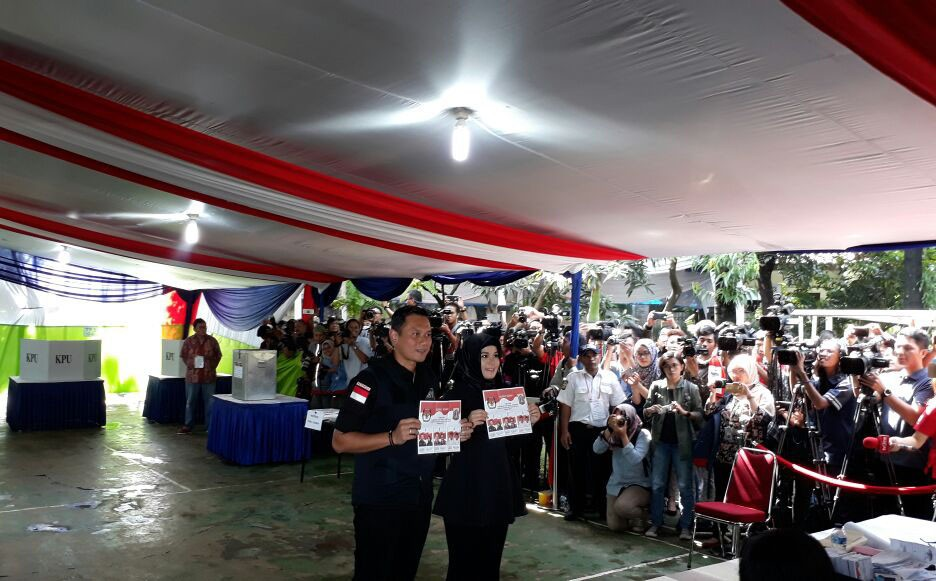 Jakarta gubernatorial candidate number 1, Agus Harimurti Yudhoyono and wife Annisa Pohan show off their ballots prior to voting in South Jakarta on Wednesday, Feb. 15, 2017. JP/ Safrin La Batu