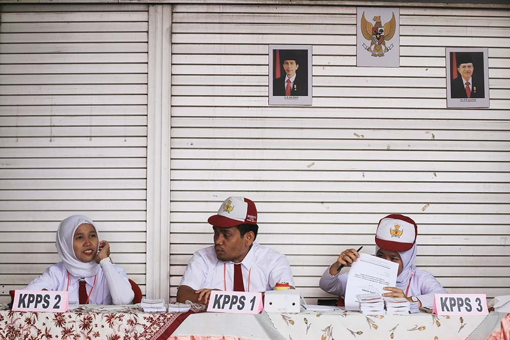 Polling station officials at TPS45 in Kebon Pala, East Jakarta, wear elementary school uniforms as a gimmick to attract voters. Almost 7 million eligible voters cast their votes in Jakarta. JP/Dhoni Setiawan