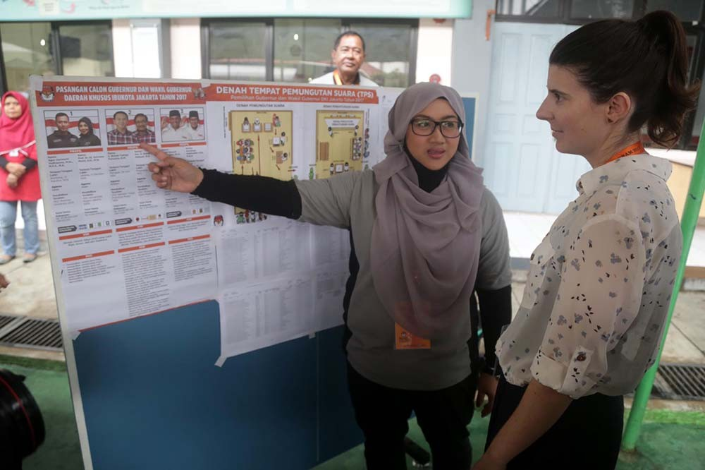 A foreign observer monitors the election at Pondok Bambu Women's Penitentiary in East Jakarta. One hundred and fifty-seven prisoners voted in the Jakarta gubernatorial election at the prison on Wednesday, Feb. 15, 2017. JP/Wendra Ajistyatama