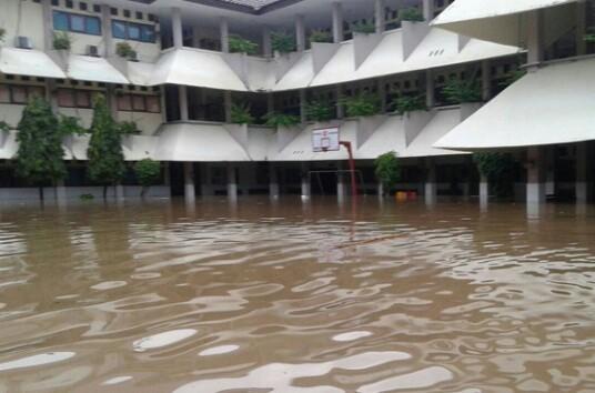 Jakarta sluice gates at alert level 3 this morning