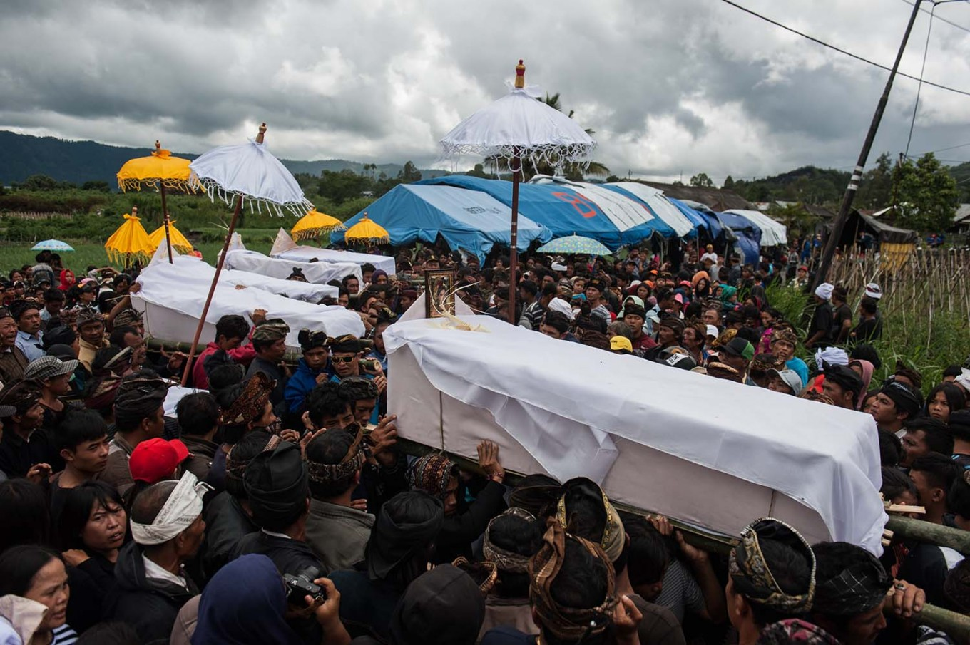 People of Kintamani carry a coffin of a landslide victim to the cemetery in Songan village, Kintamani, Bali, on Monday, February 13, 2017. JP/ Anggara Mahendra