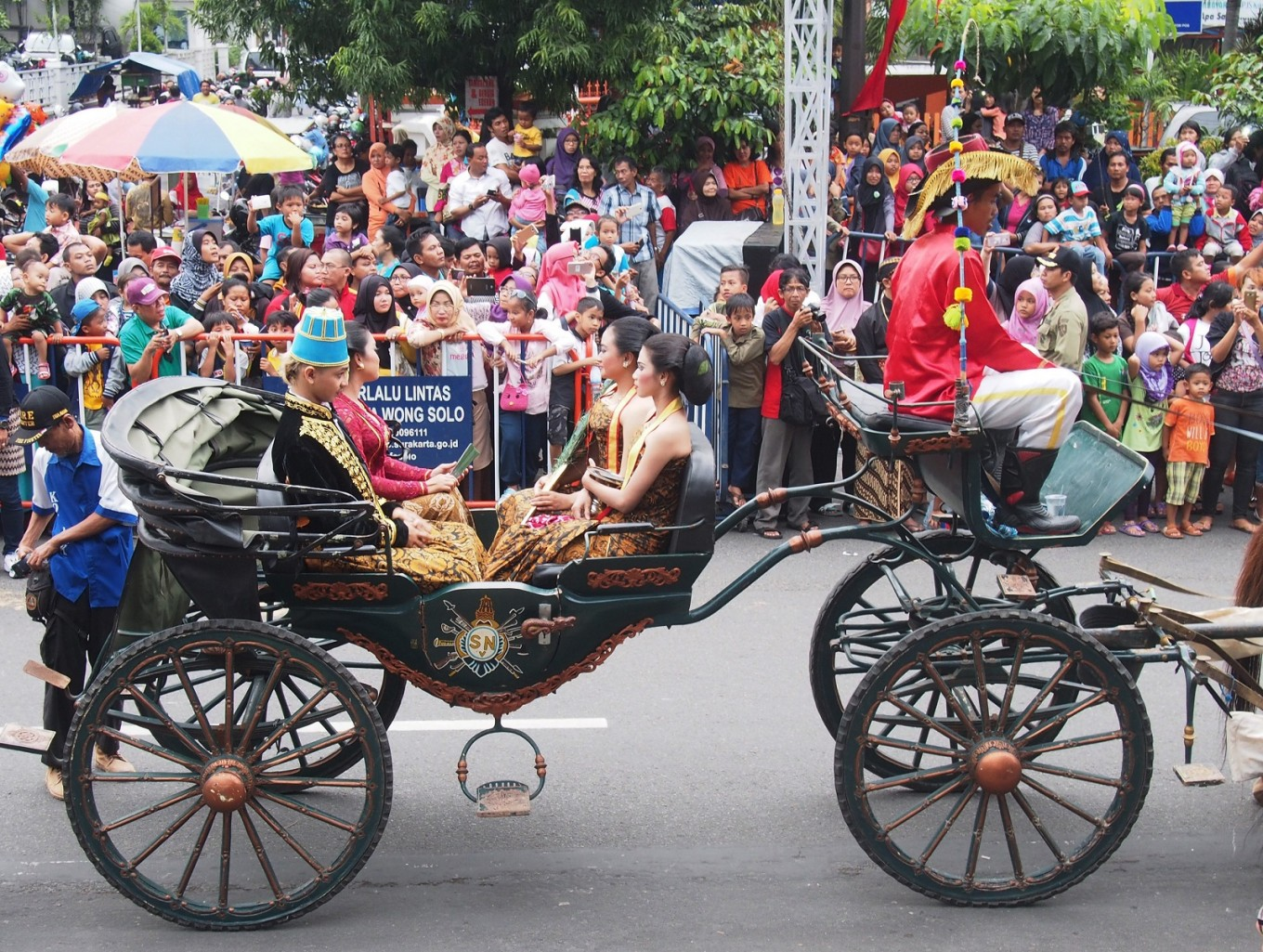 Parade participants portray the king of Kartasura Palace and his wife.