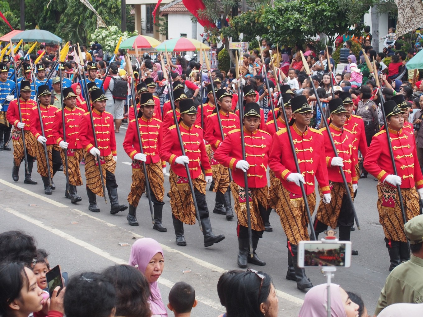 Soldiers from the Surakarta Tourism Awareness Group (Pokdarwis) join in the Boyong Kedhaton carnival.