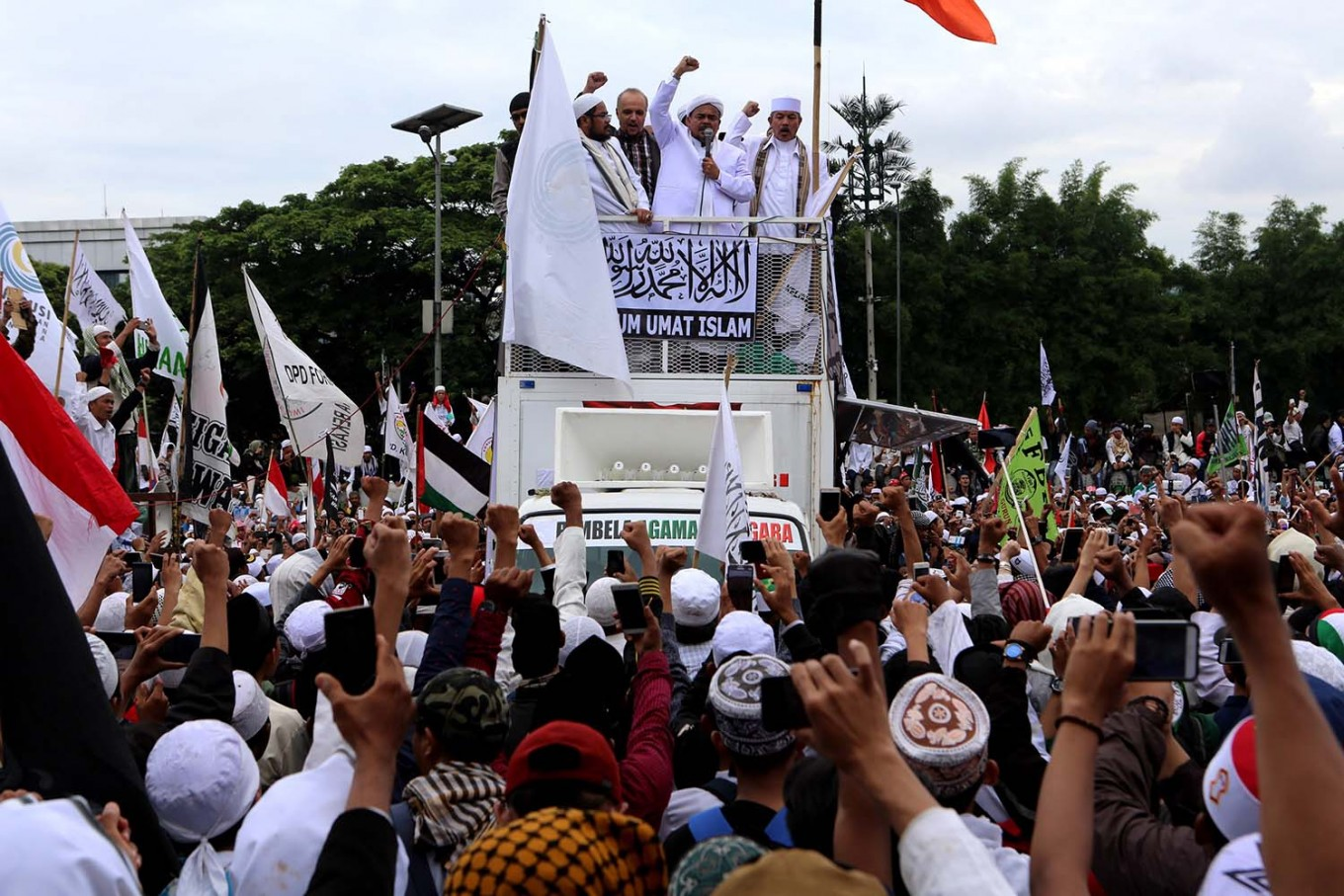 Police drop porn case against Rizieq