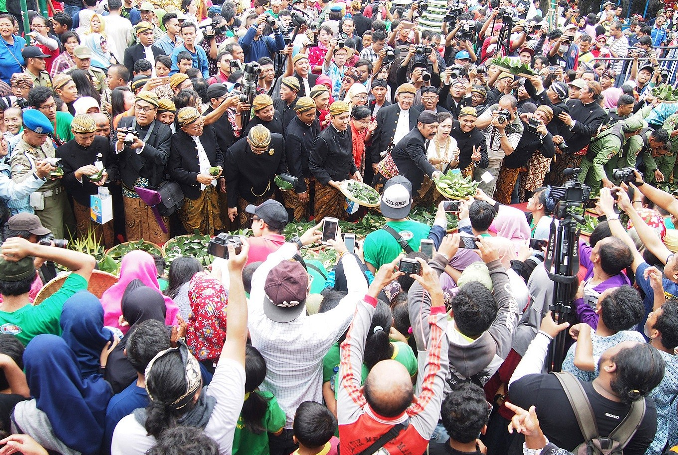 Enthusiasm: Thousands of visitors packed Ngarsopuro for the Jenang Festival, which was officially opened by Surakarta Mayor FX Hadi Rudyatmo.
