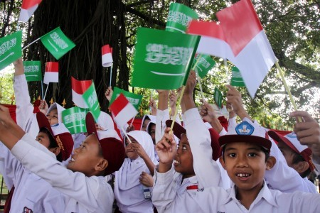 Children, horse cavalry guard welcome Saudi king to Bogor