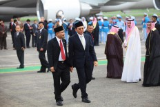 "Jakarta Governor Basuki ""Ahok"" Tjahaja Purnama (right) walks with Tourism Minister Arief Yahya after greeting King Salman bin Abdulaziz Al Saud and his entourage at Halim Perdanakusuma Airport, Jakarta, on Wednesday. JP/Dhoni Setiawan"