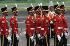 The commander of Indonesia's Presidential Security Detail (Paspampres) adjusts the hat of one of his soldier while awaiting the arrival of King Salman bin Abdulaziz Al Saud at Halim Perdanakusuma Airport. The king's entourage consists of 1,500 people. JP/Dhoni Setiawan