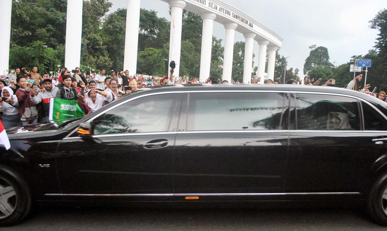 King Salman bin Abdulaziz Al Saud smiles at Bogor residents as they wait for his arrival at the Bogor Presidential Palace south of Jakarta on Wednesday. Antara/Arif Firmansyah