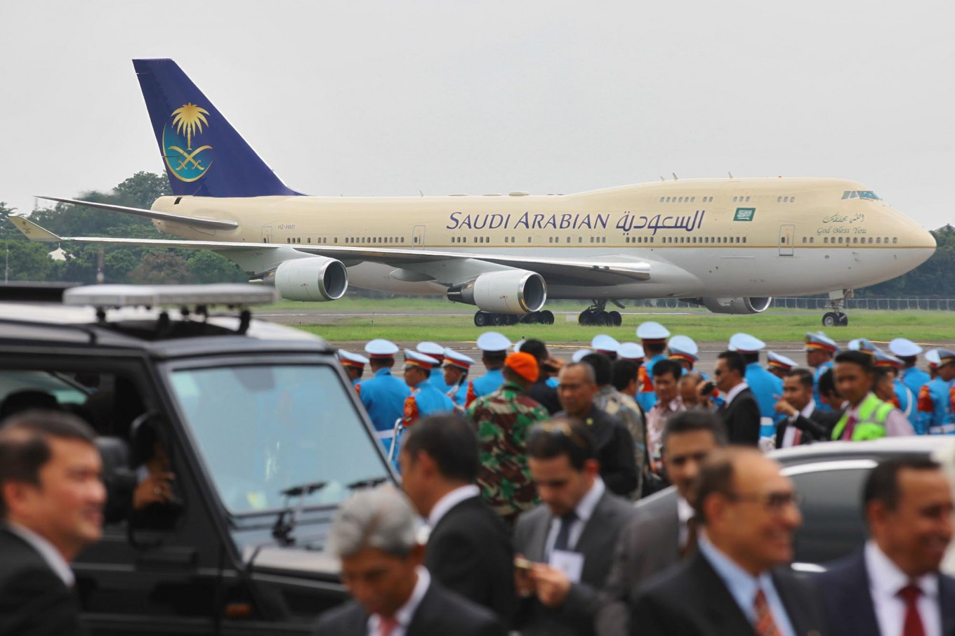 The Saudi airplane carrying King Salman bin Abdulaziz Al Saud touches down at Halim Perdanakusuma Airport on Wednesday at about 12:40 p.m. JP/Dhoni Setiawan