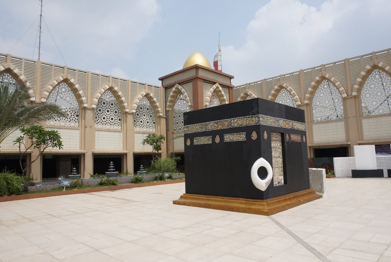 How a mosque in a shopping mall brings thousands closer to Allah