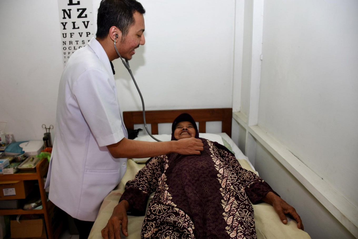 A doctor checks a female patient during the free health program in the Indonesia Medika Clinic Malang, East Java, on Tuesday (21/2). JP/ Aman Rochman