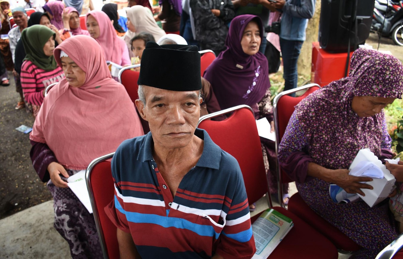 Sixty-five-year-old Supali sits with others, waiting for his turn to obtain free healthcare services. Using some recyclable trash as payment is being done for the first time in Indonesia. JP/ Aman Rochman